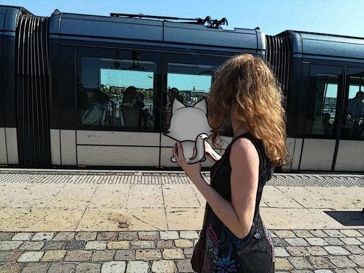 Julie qui trouve Tilou pendant que le tram part